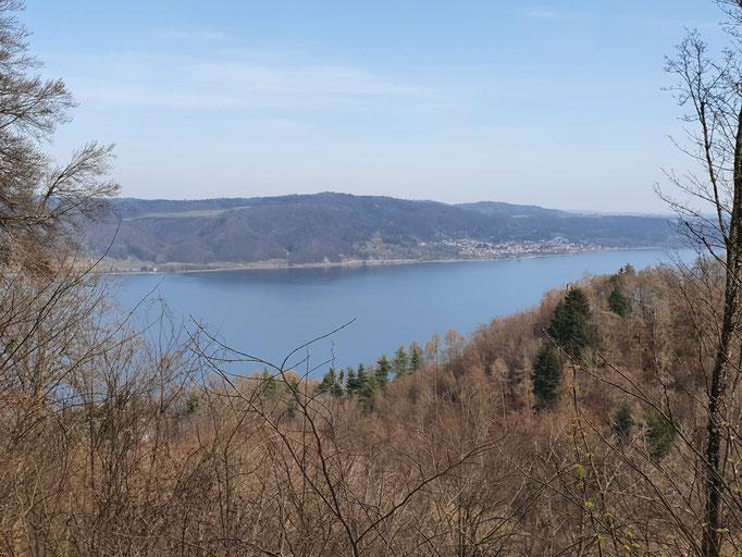 Ein weiter Blick über die Kapelle Frauenberg auf den Bodensee