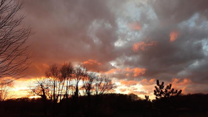30.03. Aufleuchtender Abendhimmel