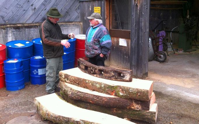 Manfred Herr (links) im Gespräch mit Willi Roth (rechts) beim Zuschnitt der Kreisbögen für das Wasserrad