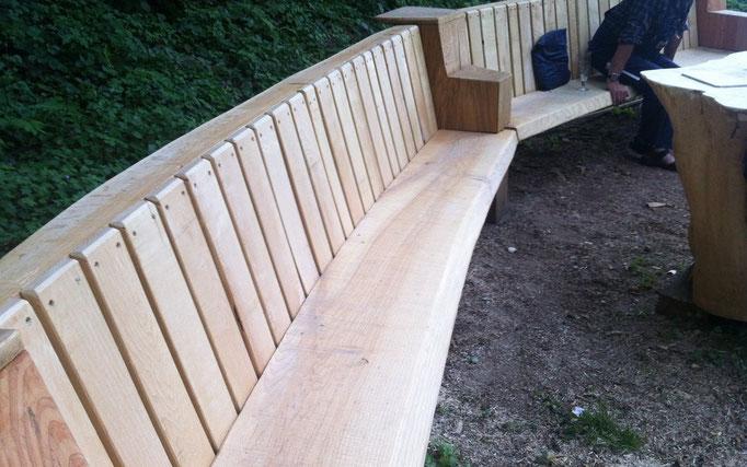 """Als """"Nebenprodukt"""" wurde aus dem übrigenm Holz eine schöne Sitzbank geschaffen. Sie steht heute ebenfalls vor der Hammerschmiede"""