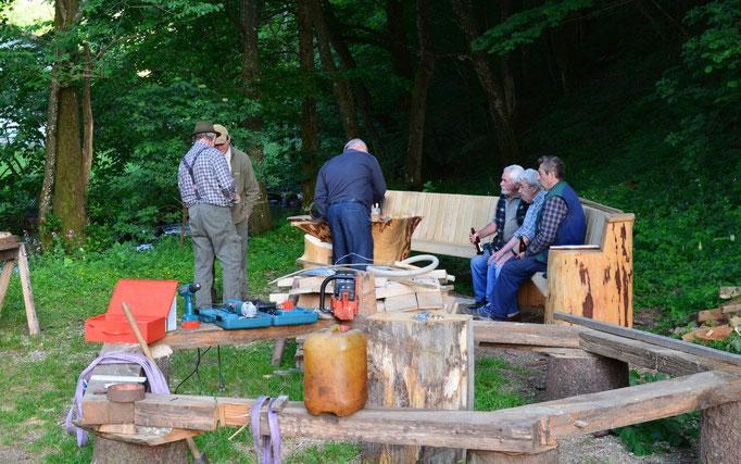 Willi Roth (3. von rechts, auf der Bank sitzend mit einer Flache Mineralwasser) hat als gelernter Küfer den Umgang mit der Holzbearbeitung im Blut