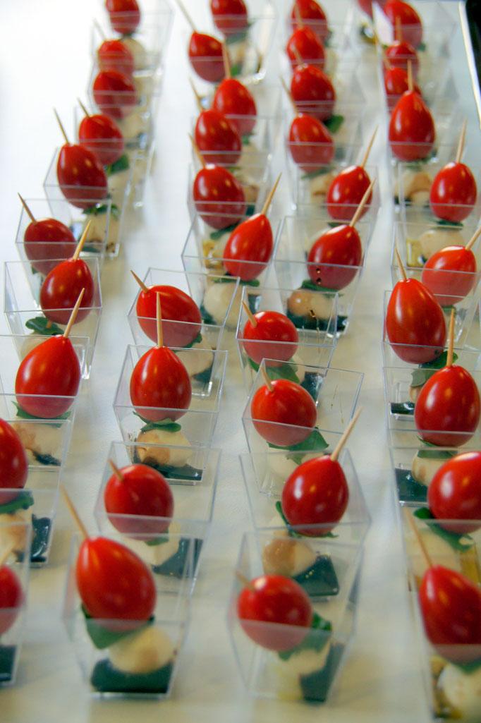 Tomaten-Mozzarella-Spiessli - Mozzarella-Cherrytomaten-Spiess mit Balsamico und Basilikumöl im Becher