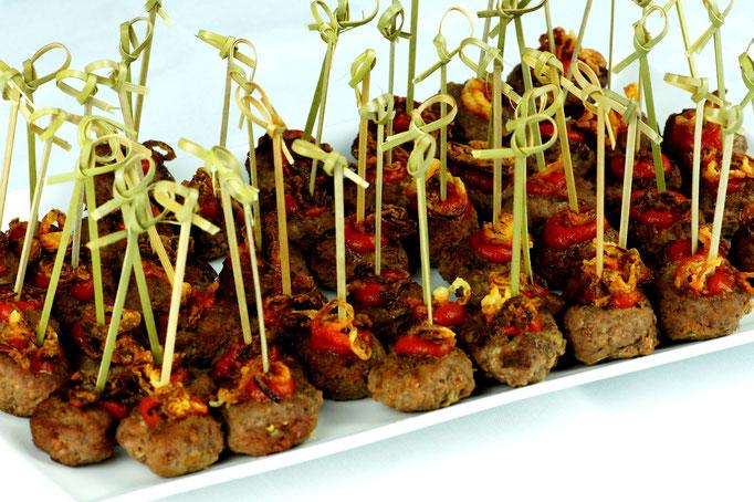 Fleischbällchen - Hackfleischbällchen mit Röstzwiebeln und 'Ketchup' am Spiessli