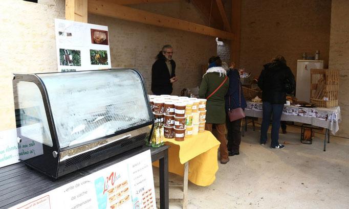 Vente de produits fermiers au marché de La Ferme de La Pérotonnerie
