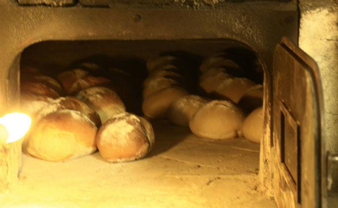 Boules de pain cuites au four à bois de La Pérotonnerie de Rom, dans les Deux-Sèvres