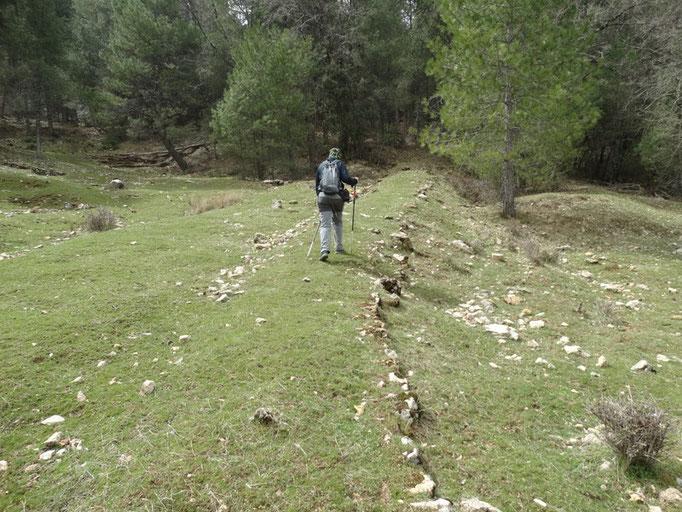 Viejo camino de herradura que nos lleva a la fuente