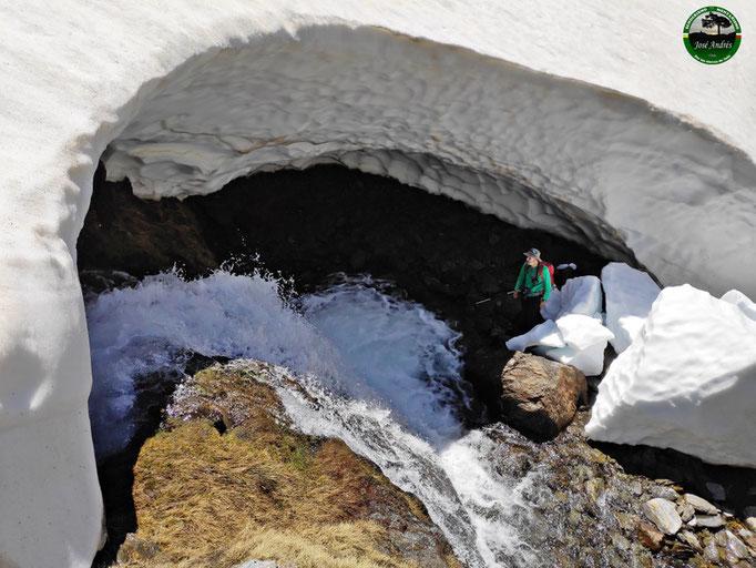 Túneles de hielo sobre el río Lanjarón