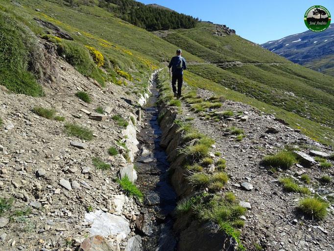 Por la acequia que nos lleva al río Lanjarón