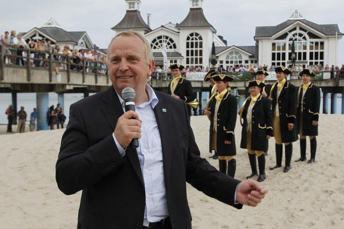 Minister Dr. Backhaus bei der Begrüßung der Zuschauer vor der Seebrücke. Foto:© Experiarts Entertainment- Manja Elsässer