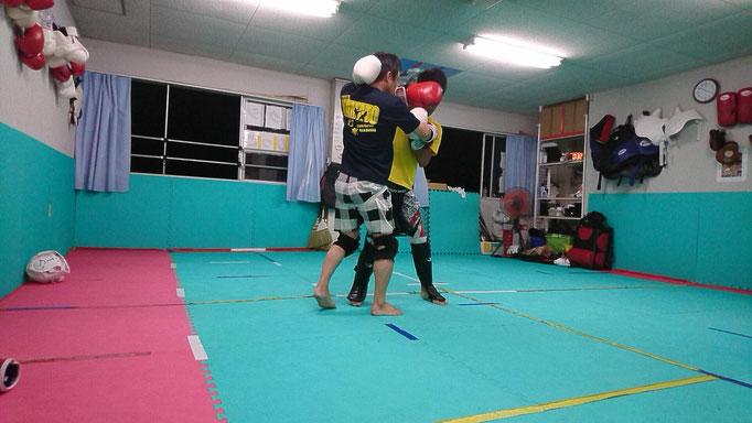 キックボクシング首相撲攻防