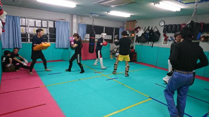 一般会員のキックボクシング練習。