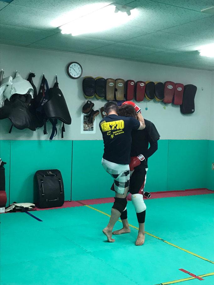 膝蹴り、サバキが首相撲の基本