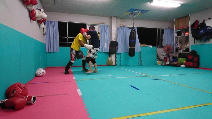 キックボクシング首相撲防御