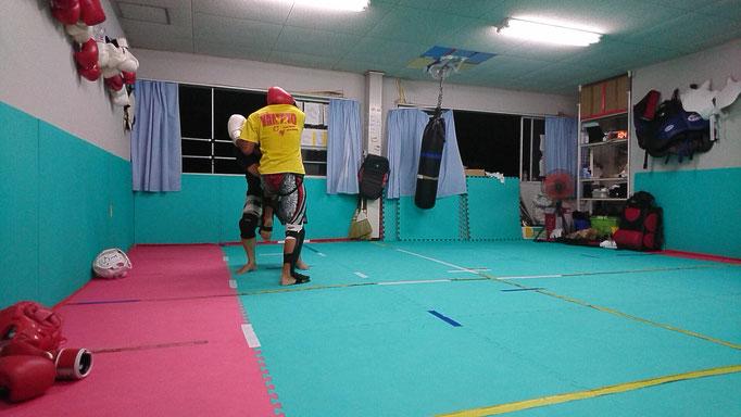 キックボクシング首相撲からの膝