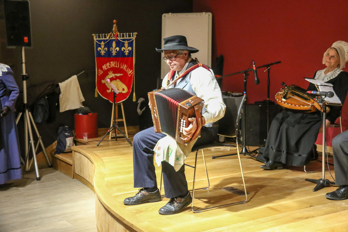 instuments folklorique accordéon diationique ménestrels sarladais costume traditionel ménestrels sarladais groupe folklorique en dordogne périgord noir costume traditionnel du périgord musique