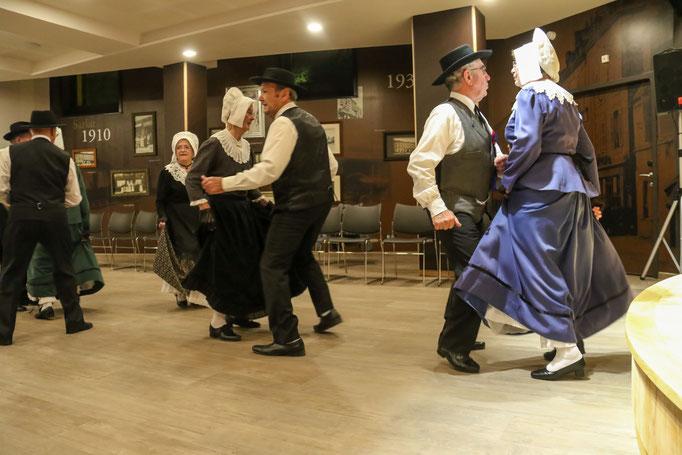 danse traditionnelle folklorique  groupe folklorique les ménestresl sarladais costume traditionel ménestrels sarladais groupe folklorique en dordogne périgord noir costume traditionnel du périgord musique