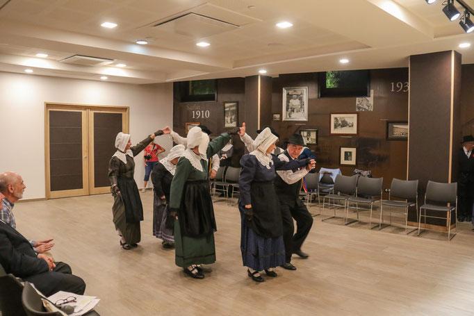 groupe folklorique en dordogne périgord noir es ménestrels sarladais  danse et musique  chants traditionnelle folklorique costumes traditionnels occitan folklore en périgord noir