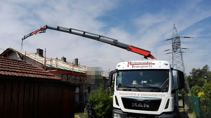 Dacharbeiten mit Kran