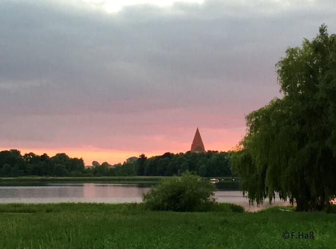 Sonnenuntergang mit Blick auf die Inselkirche