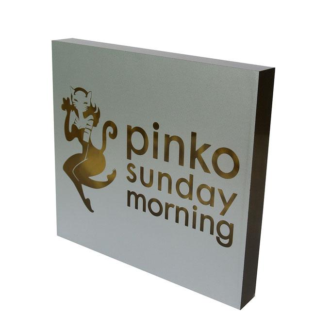 targhetta plexiglass PINKO fondo oro fronte argento con logo bucato