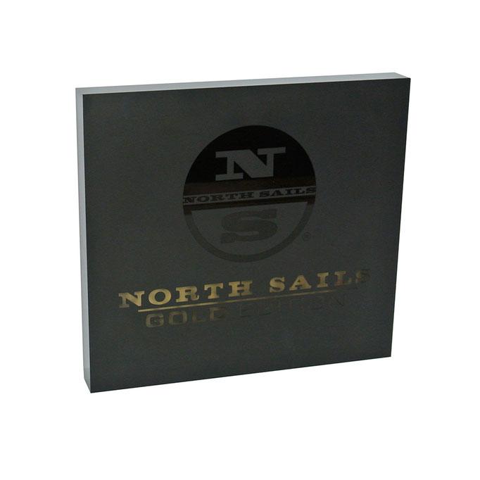 targhetta plexiglass NORTH SAILS fondo oro fronte nero opaco con logo bucato