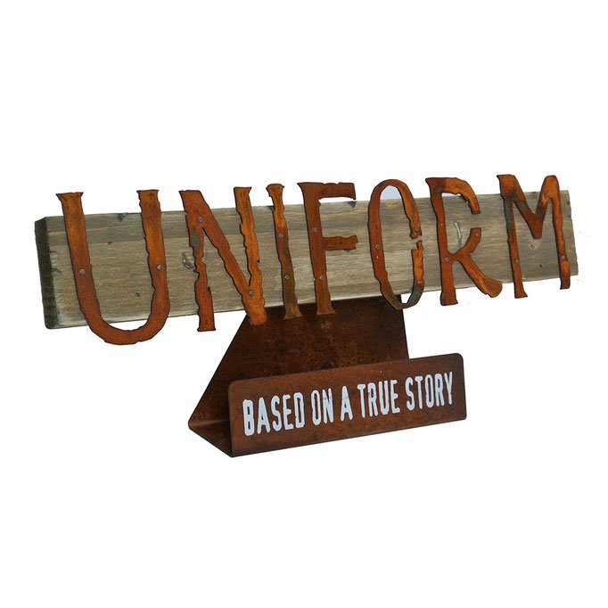 targhetta UNIFORM in legno e metallo trattato a ruggine