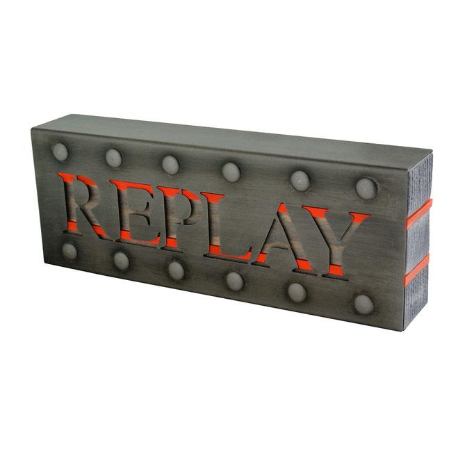 targhetta REPLAY in metallo brunito con inserti in legno e plexiglass fluo