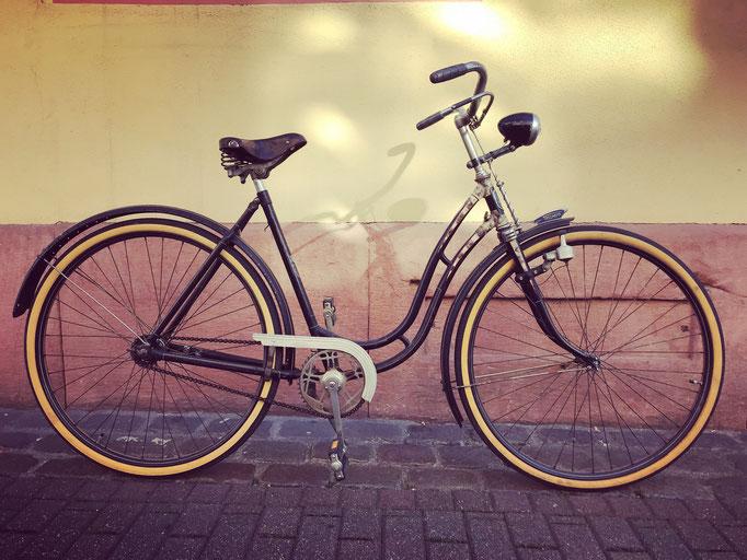 Vintage Triumph Damenrad in der Collage: Der Laden/ Kutschergasse