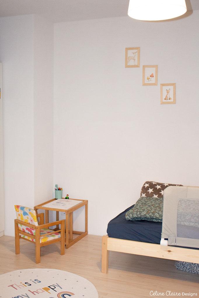 Sesserl und Tisch (auch zu einem Hochsessel steckbar) hat mein Schwiegervater selbstgebaut; Stifthalter: Tedi; Teppich: H&M; Bilder: selbstgemalt, Rahmen: Tedi; Bett: siehe Bett-Bildergalerie