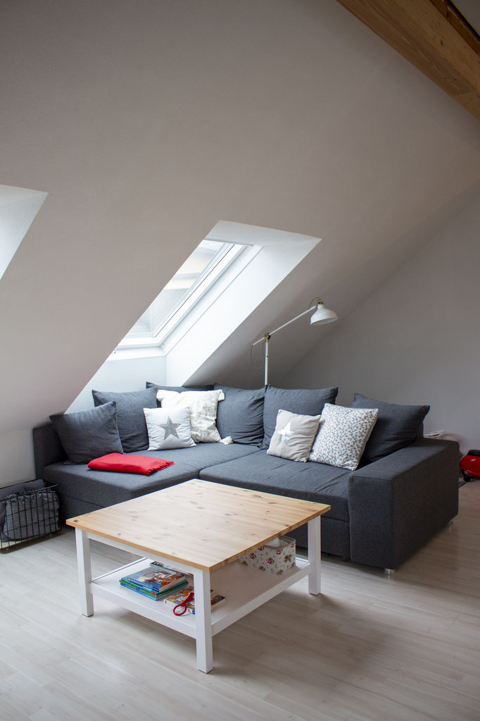 Sofa: XXXLutz (sehr alt), Lampe und Couchtisch: Ikea