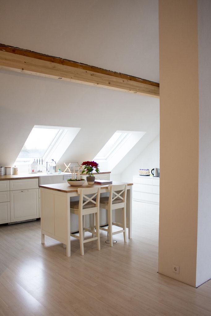 unsere Kochinsel, durch den Deckel im Fußboden (unter rechtem Barstuhl), haben wir auch hier Steckdosen
