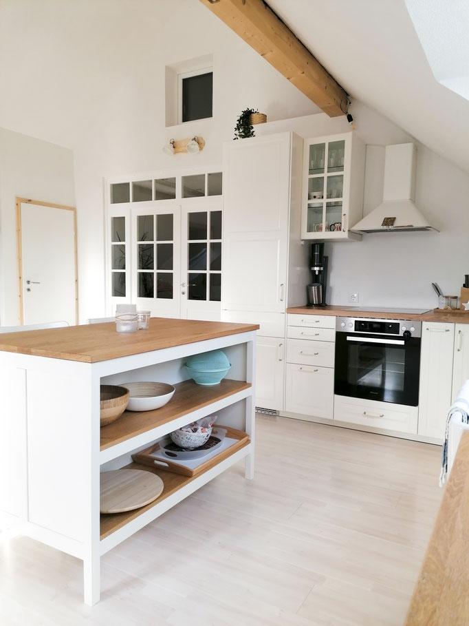 Kochinsel (sowie fast alle Schüsseln und Tabletts) und Küche: Ikea, Elektrogeräte: Miele und Liebherr, Dunstabzug: Ikea