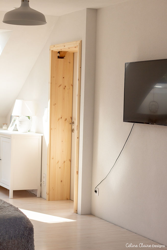 An der TV-Wand muss noch das Kabel verschwinden, eventuell findet darunter noch unsere Kaminkonsole Platz, der Balken im Türstock wird verkleidet