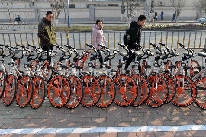 赤い自転車が整理されている待機場所