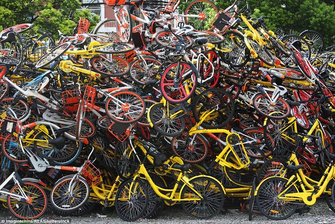 乗り捨てられた自転車の山、驚く光景