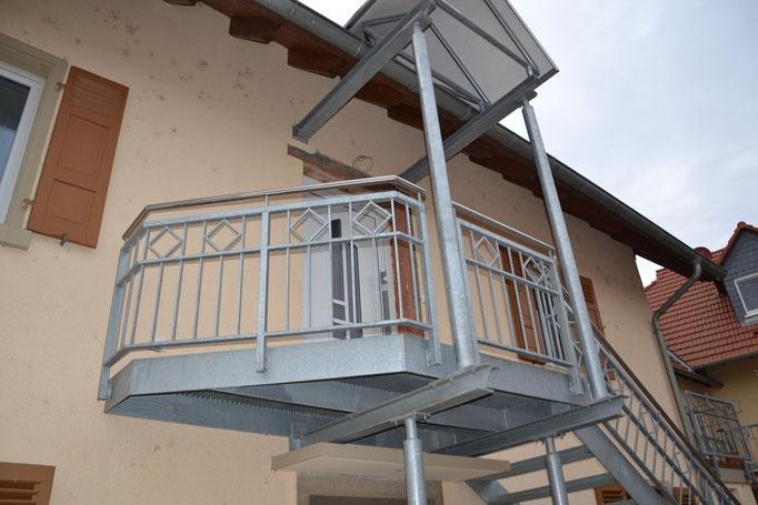 gerade Blechwangentreppe - feuerverzinktes Stahlgeländer - Gitteroststufen
