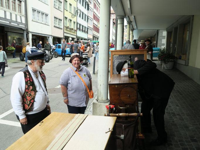 Edy und Jacqueline: Gespanntes warten auf den Apéro bei Paul Gysin aus Arboldswil BL