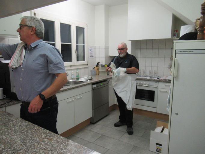 Dieter und Claudio erledigen den Abwasch.