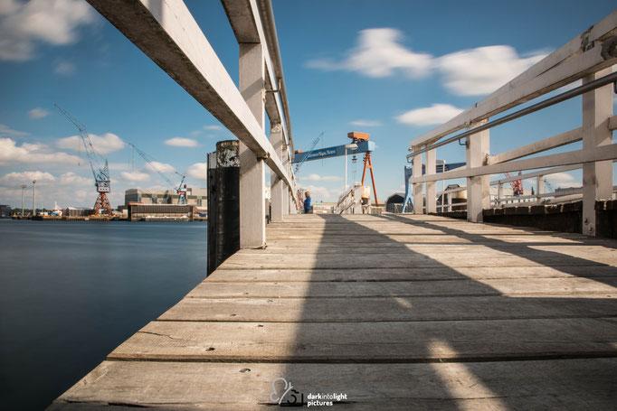 Der Museumshafen Kiel mit Blick auf die markanten Kräne
