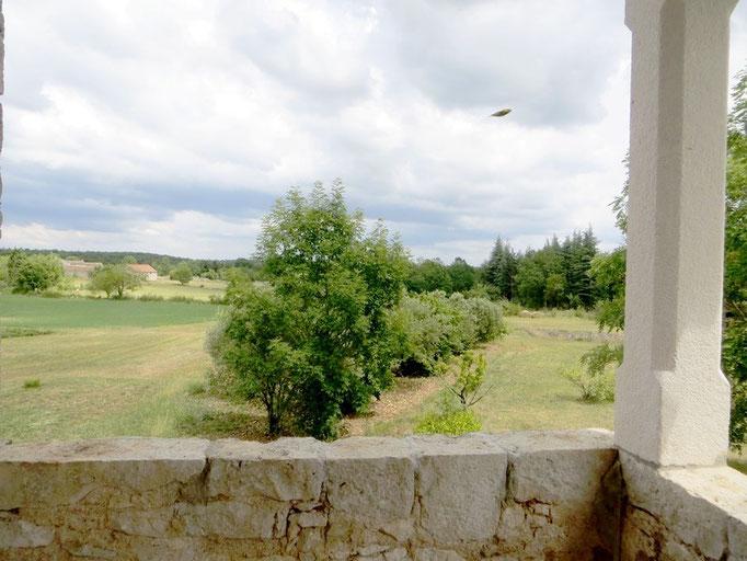 perspective sur le terrrain et le Causse depuis la terrasse