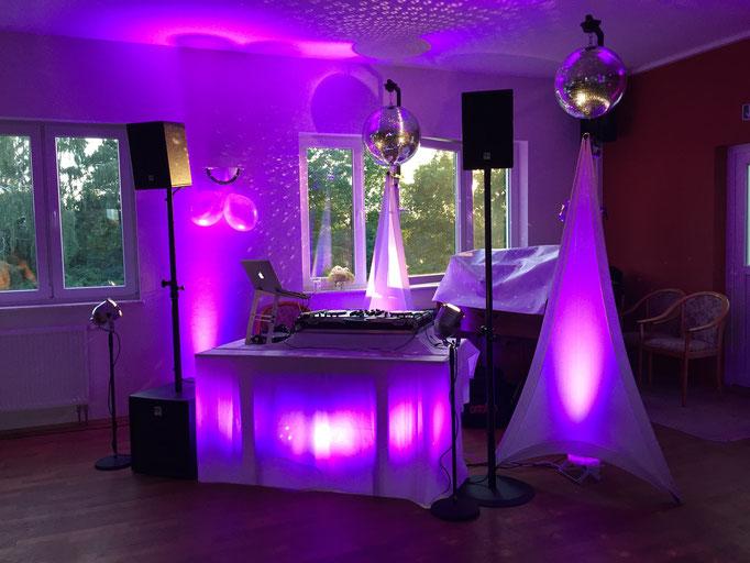 Mit den Ledspots und Spiegelkugel wird selbst aus einem Vereinslokal eine Traumlocation für die Hochzeit.