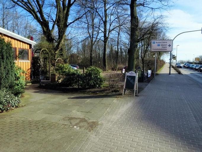 Auffahrt zum Parkplatz (Ampel-Kreuzung beachten)
