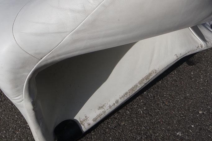 Bodenbereich Ledersessel beschädigt