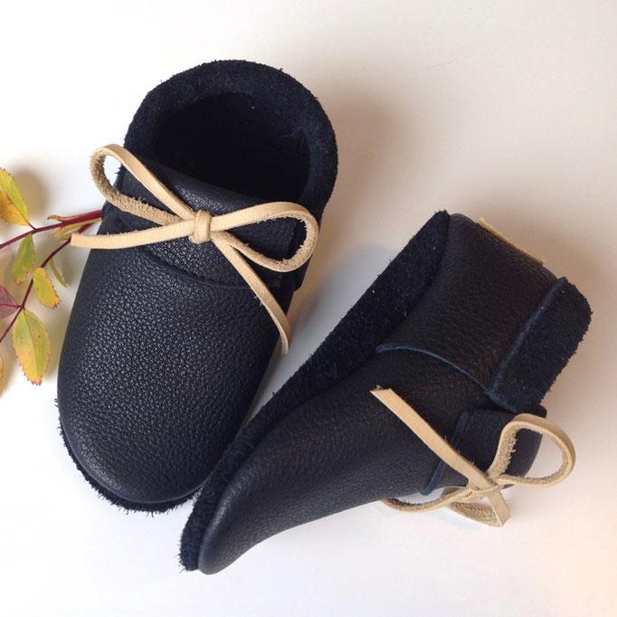 Mokassins in schwarzblau, Schleife sandbeige