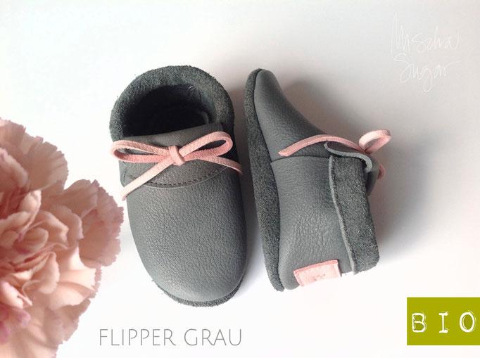 Moccs in flippergrau mit rosa mit Schleife