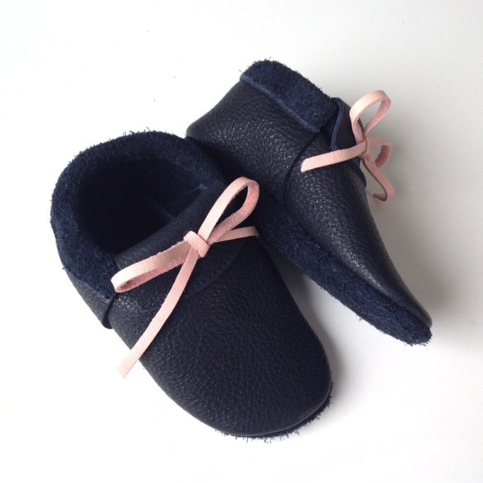 Mokassins in schwarzblau, Schleife rosa