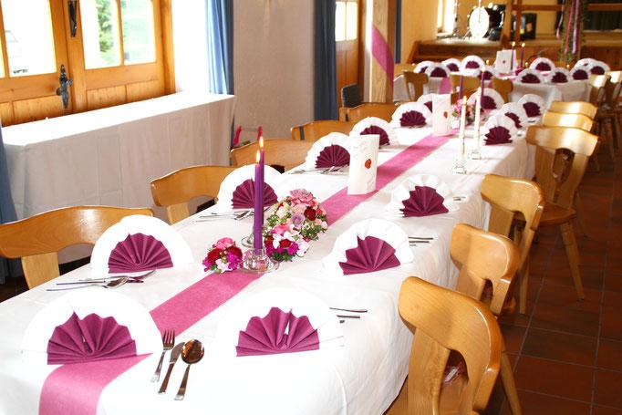 Liebevoll gestaltete Hochzeitstafel im Trachtenheim Irschenberg