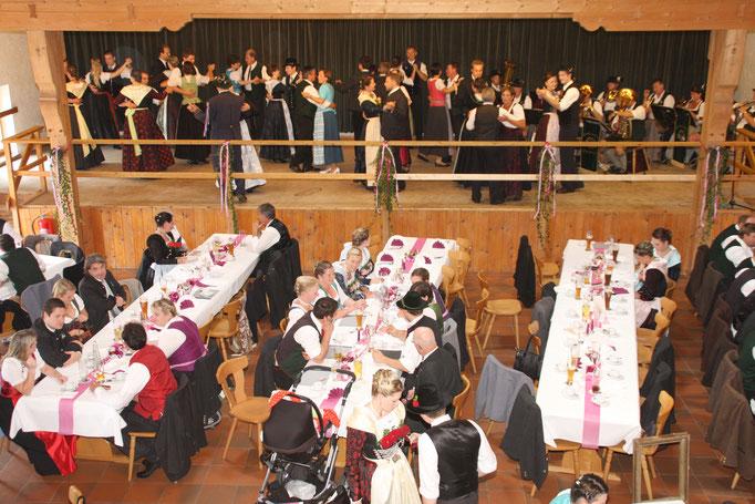 Große Bühne mit Platz zum Tanzen und Musizieren