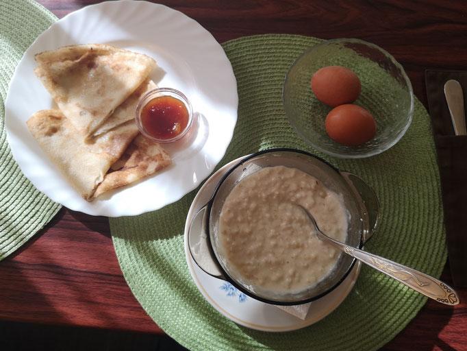 Frühstück mit Blini und Brei