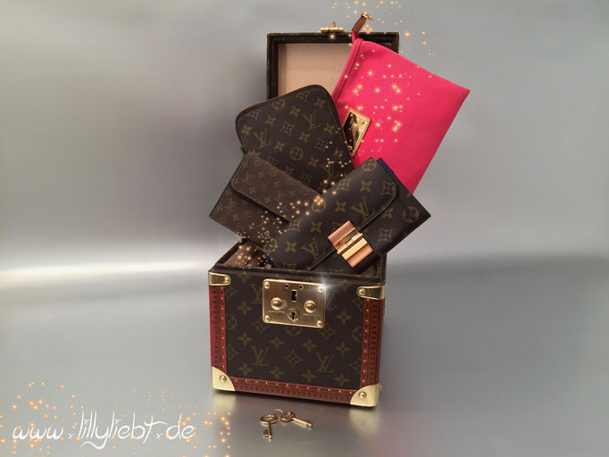 Louis Vuitton Monogram Canvas Boite Flacons, Organizer de Voyage & Elysee Geldbörse in Celeste, Monogram Mini Lin Porte Tresor International in Khaki, Antigua Pochette Plate GM in Rose